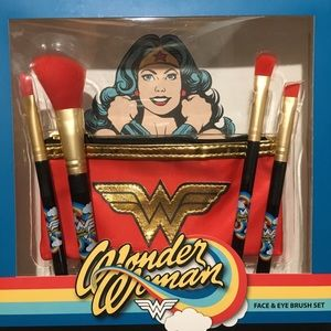Wonder Woman brush set with small makeup case